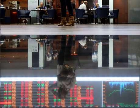 Reflexo de gráfico de flutuação de mercado na Bovespa, São Paulo, Brasil 09/05/2016 REUTERS/Paulo Whitaker