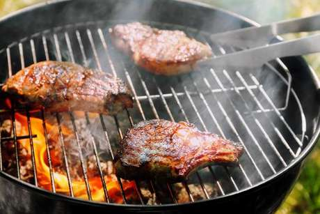 Carnes na churrasqueira
