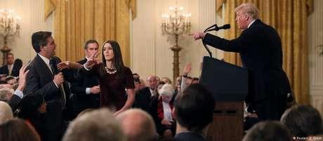 O presidente dos EUA, Donald Trump, e o jornalista da CNN, Jim Acosta, durante discussão acalorada na Casa Branca