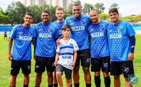 Joaquim, ao centro, com o elenco do Taubaté (Fotos: Bruno Castilho/EC Taubaté)
