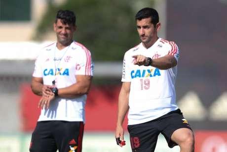 Leonardo Porto, à direita, é um dos auxiliares que chegou junto com Dorival Júnior (Foto: Gilvan de Souza/Flamengo)