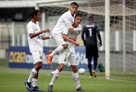 Lucas Lourenço pula nas costas do companheiro: meia fez um dos gols da partida (Foto: Santos/Divulgação)