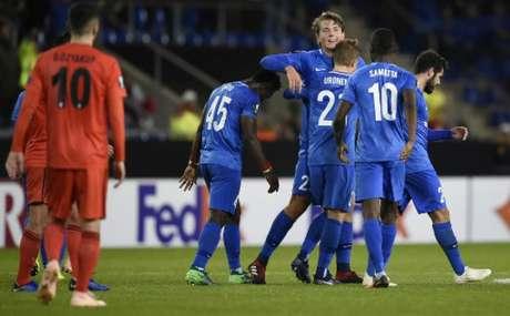 Jogadores do Genk comemoram gol de Berge (Foto: John Thys / AFP)