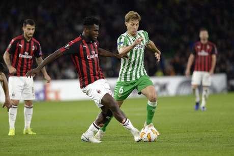 Kessie tenta levar o Milan ao ataque (Foto: AFP)