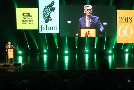 O jornalista Serginho Groisman apresenta o Prêmio Jabuti 2018, no Auditório do Ibirapuera, em São Paulo, nesta quinta-feira, 11.