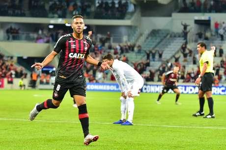 Renan Lodi, do Atlético Paranaense, comemora após marcar gol