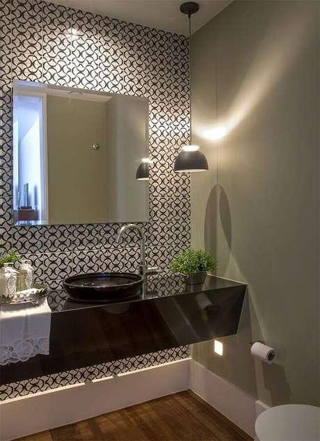35. As luminárias de teto estilo pendentes para banheiro são perfeitas para serem instaladas sobre a bancada – Foto: LA Interiores