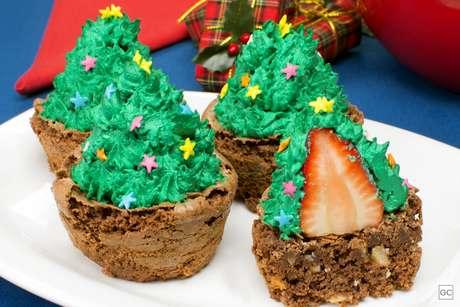 Brownie de árvore de Natal com morango