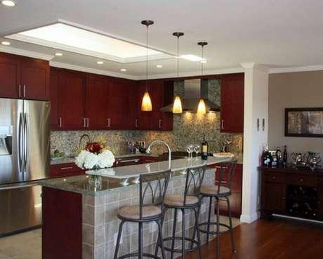 27. Invista em luminárias de teto sobre o balcão da cozinha americana