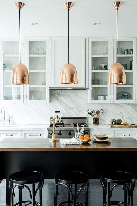 36. As luminárias de teto também combinam com decorações mais clássicas – Foto: Home Design Ideas