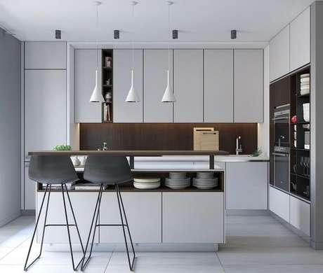 37. Cozinha planejada moderna decorada com armários brancos e luminárias de teto sobre a ilha – Foto: ViberHome