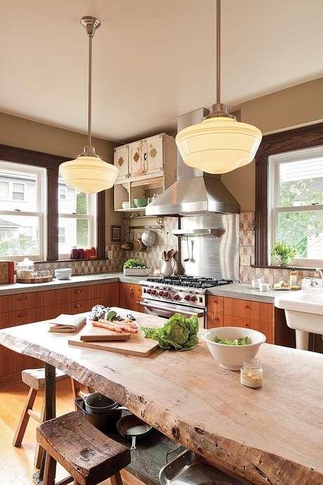 39. Decoração com luminárias de teto para cozinha com mesa de madeira de demolição – Foto: Design De Maison