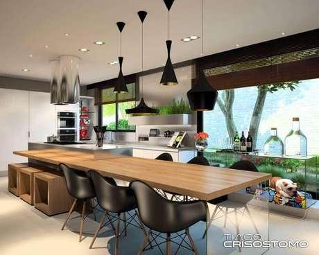 15. Decoração de cozinha com luminária de teto preta