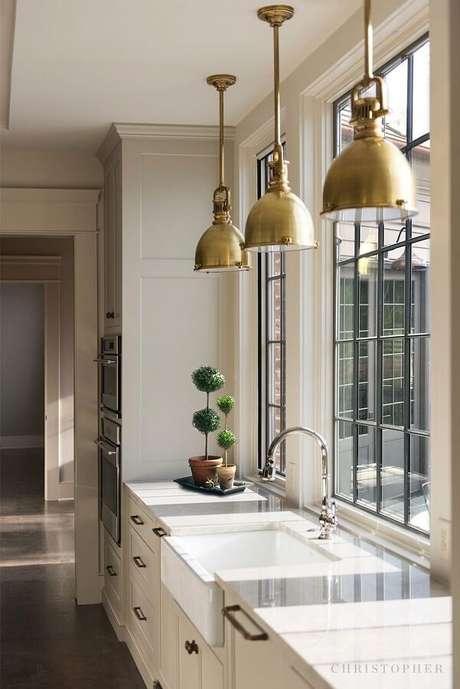 40. As luminárias de teto estilo pendentes muitas vezes se tornam o grande destaque da decoração no ambiente – Foto: Pinterest