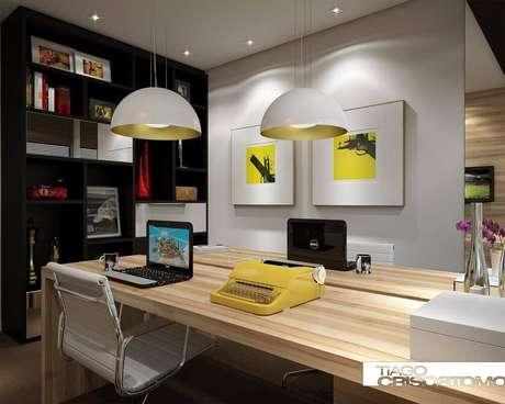 20. Decoração de escritório com luminárias de teto