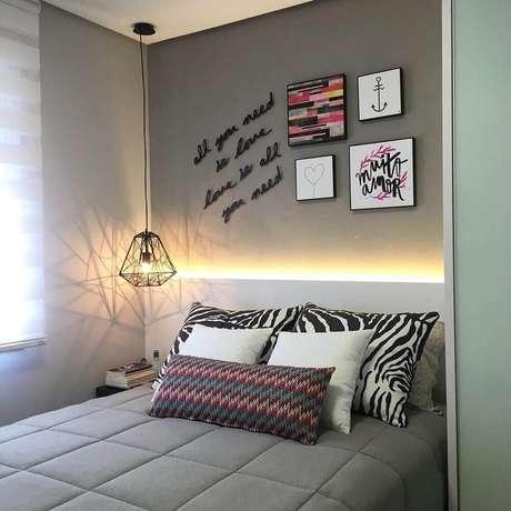 13. Decoração moderna com luminária de teto para quarto