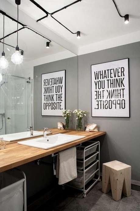 46. O banheiro também pode receber modelos diferentes de luminárias de teto para uma decoração moderna – Foto: Lovingit