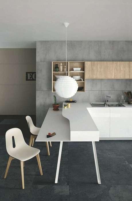 47. Decoração moderna para cozinha com luminária de teto sobre bancada branca – Foto: Pinterest