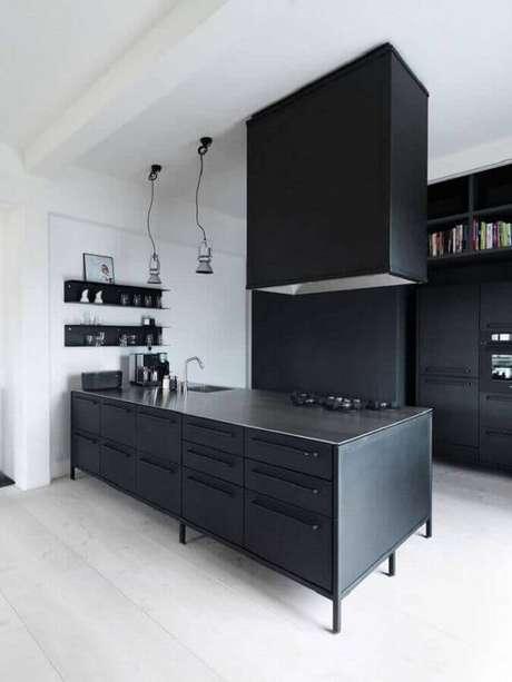 8. Decoração clean e moderna para cozinha preta com luminária de teto sobre o balcão – Foto: Archilovers