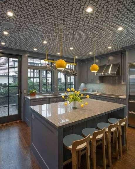 49. Decoração para cozinha planejada com ilha e luminárias de teto amarelas – Foto: Pinterest