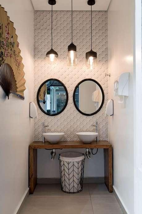 50. Decoração para lavabo pequeno com bancada de madeira e luminárias de teto – Foto: Pinterest