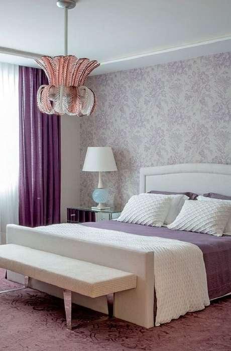 52. Decoração para quarto de casal com papel de parede e luminária de teto – Foto: Pinterest
