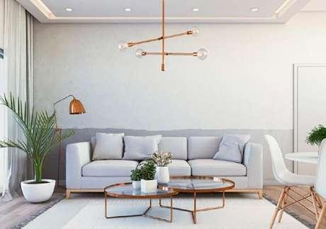 53. Decoração clean para sala de estar com mesas de centro redondas e luminária de teto rose gold – Foto: The Holk