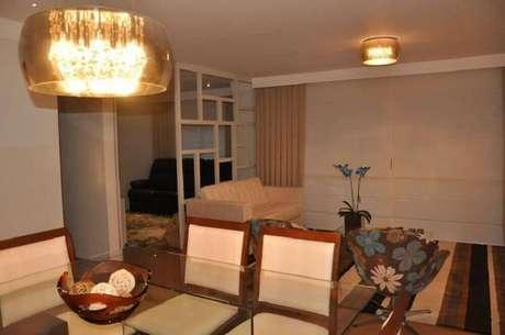 34. Sala integrada com luminárias de teto