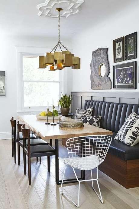 55. Decoração de sala de jantar com mesa de madeira e modelo arrojado de luminária de teto – Foto: Maison et Demeure