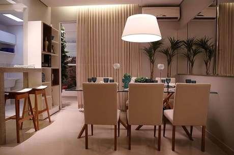 22.Decoração de sala de jantar com luminária de teto grande