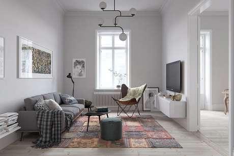 56. Decoração simples para sala com estilo minimalista com manta para sofá e luminária de teto – Foto: Pinterest