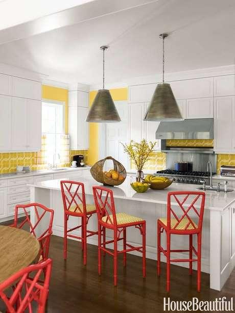 1. Cozinha decorada com luminária de teto de metal