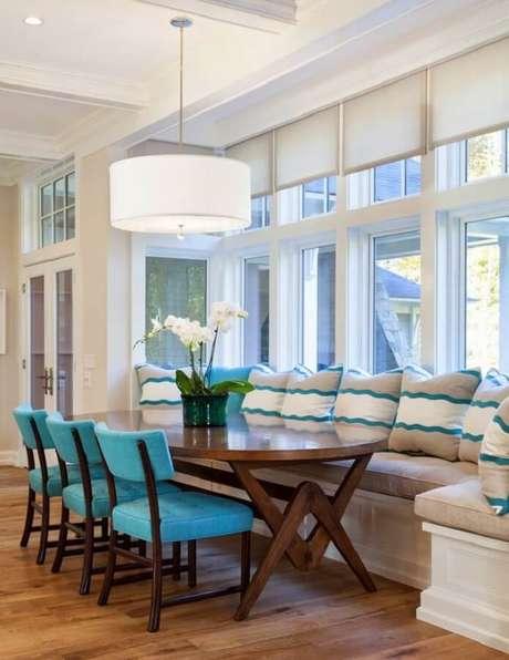 58. Nesta sala de jantar a grande luminária de teto roupa a atenção na decoração – Foto: Pinterest