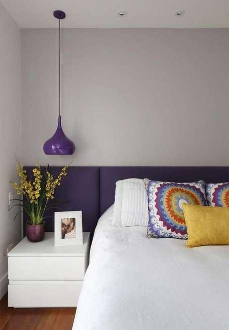 24. Inspiração com luminária de teto roxa para quarto