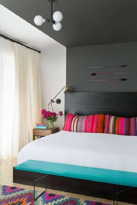 65. Luminária de teto pequena para decoração de quarto com parede e teto preto – Foto: Rebeca Lissa