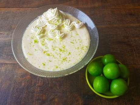 Mousse de limão com leite em pó decorado com chantili e raspas de limão