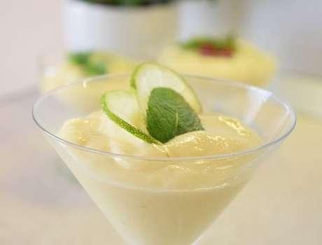 Mousse de limão com leite em pó na taça individual
