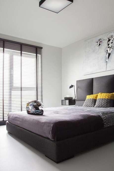 67. Decoração minimalista para quarto de casal com luminária de teto – Foto: The Holk
