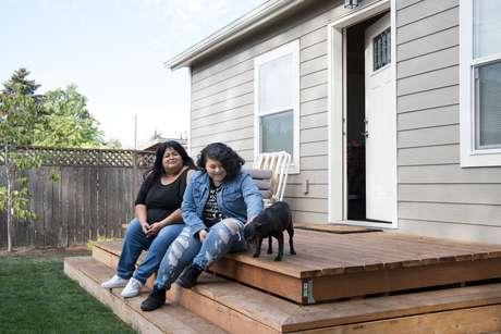 Sherry Mesa (esq.) e sua sobrinha, Sobeyda, estão entre as primeiras contempladas no projeto piloto em Portland