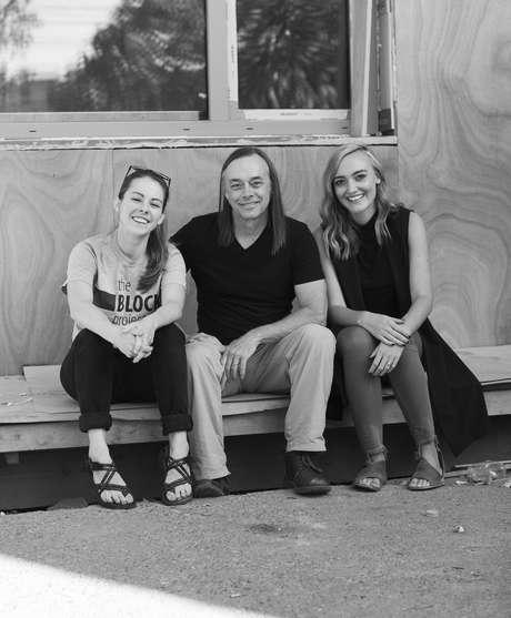 O arquiteto Rex Hohlbein criou o projeto de instalação de microcasas em quintais em Seattle ao lado da filha, a também arquiteta Jenn LaFreniere (esq.). Na foto, eles aparecem com Sara Vander Zanden (dir.), diretora da organização Facing Homelessness