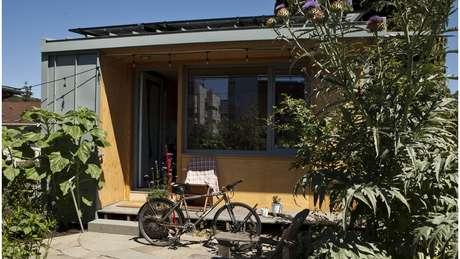 Em Seattle, a iniciativa pioneira, as casas são construídas com doações da comunidade e ajuda de voluntários