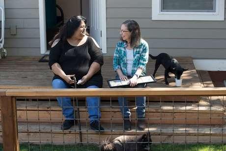 Desde julho, Sherry Mesa (esq.) vive com a sobrinha em uma microcasa no quintal de Martha Chambers (dir.), em Portland