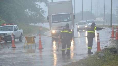 A precipitação intensa provocou alagamentos em casas e ruas de Caraguatatuba, litoral norte de São Paulo