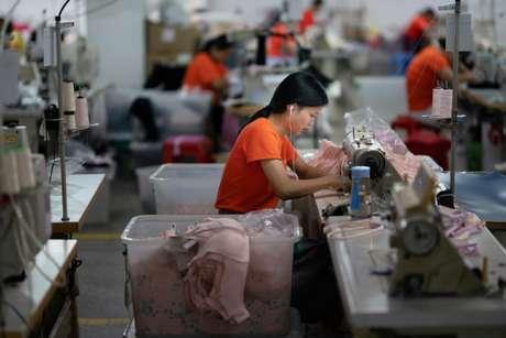Funcionários trabalham em fábrica em Dongguan, na China 29/08/2018 REUTERS/Stringer
