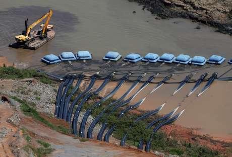 Maquinário da Sabesp coleta aguá do reservatório Jaquari em São Paulo 12/02/2015 REUTERS/Paulo Whitaker