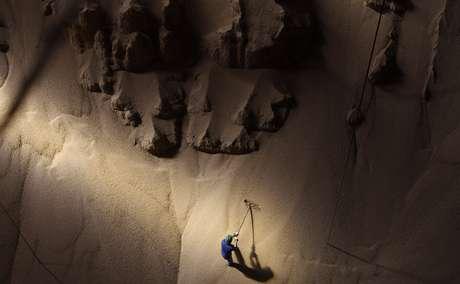 Homem trabalha em montanha de soja estocada em Sorriso, Mato Grosso, Brasil 27/19/2012 REUTERS/Nacho Doce