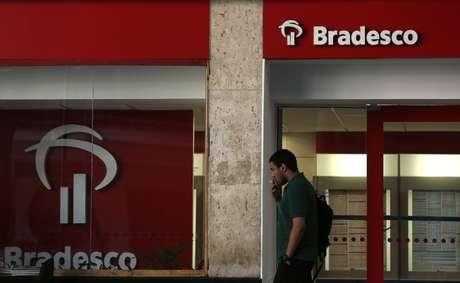 Homem caminha em frente a agência do Banco Baradesco no centro do Rio de Janeiro 20/08/2014 REUTERS/Pilar Olivares