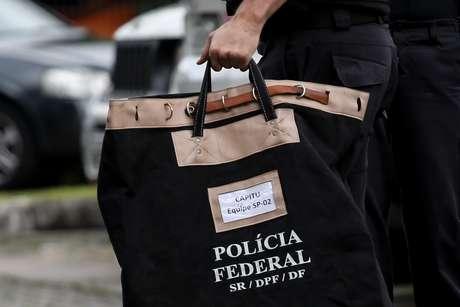 Movimentação na sede da Polícia Federal, em São Paulo (SP), durante a Operação Capitu, deflagrada na manhã desta sexta-feira (9)