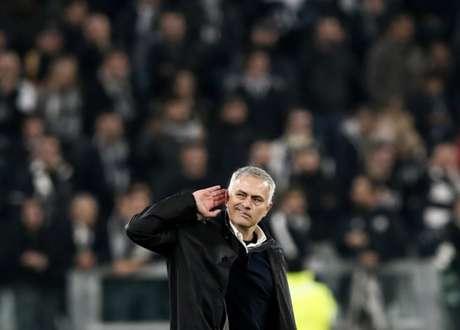 Gesto de Mourinho direcionado às arquibancadas do Allianz Stadium (Foto: AFP)