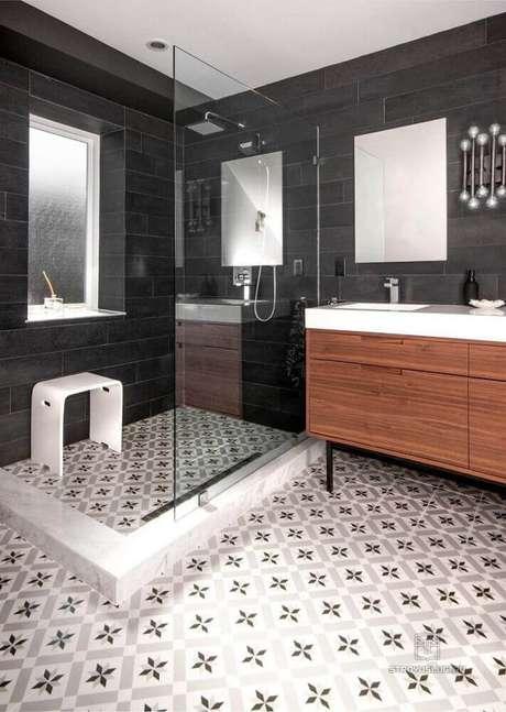 12. Decoração com ladrilho hidráulico para banheiro